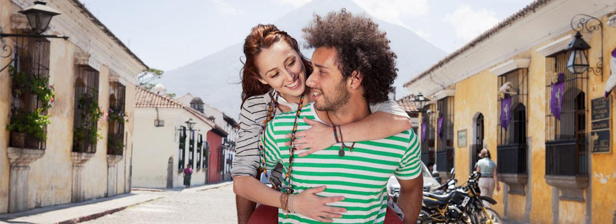 Fotomodeller som bär Wakami-smycken på en solig gata i Antigua. Foto: Garett Byrum
