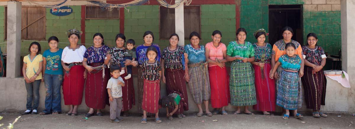 Kvinnor som på Guatemalas landsbygd tillverkar åt Wakami