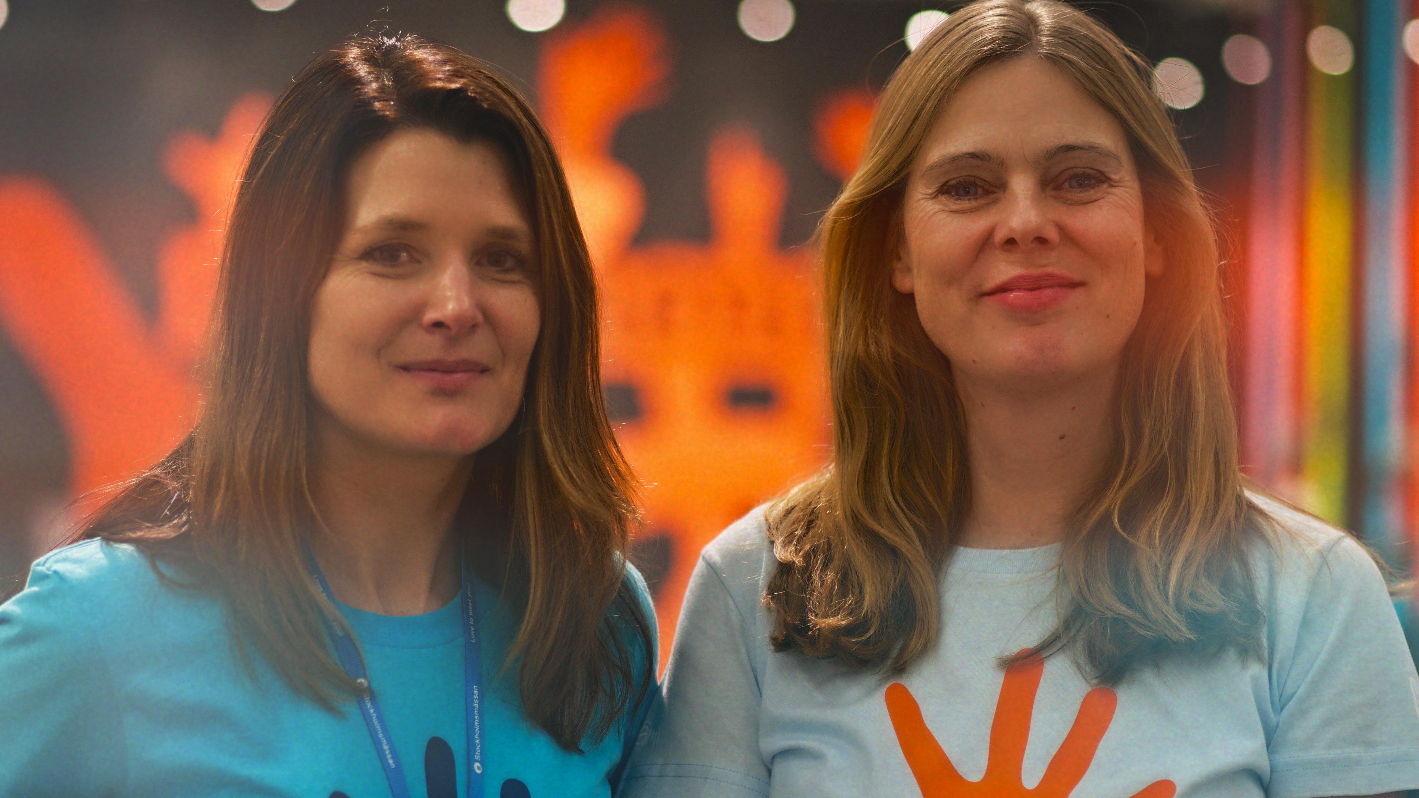 Annika och Sofia framför montern på Formex
