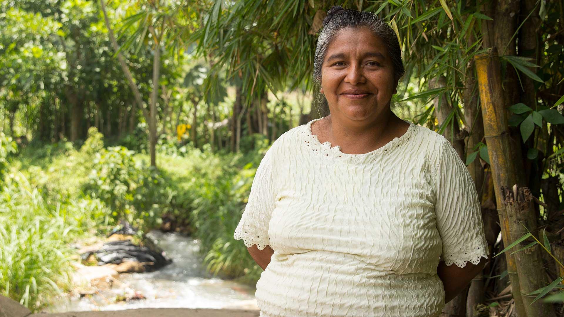 Cecilia som tillverkar Wakami-smycken på Producciones San Juan i Guatemala