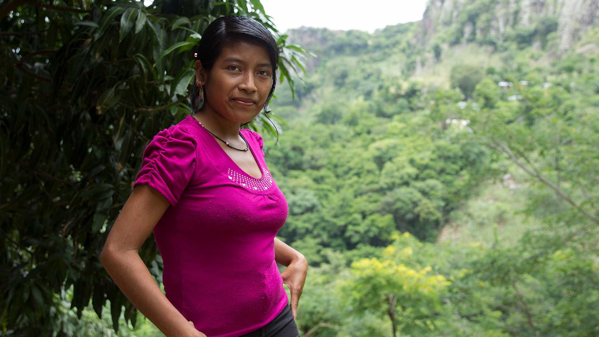 Bild från Wakamis blogg: Blanca som tillverkar smycken åt Wakami i Guatemala.