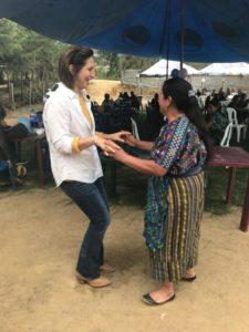 María Pacheco dansar med en kvinna i byn Sacala, Guatemala