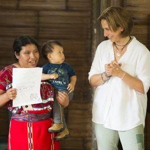 María Pacheco med en av de kvinnor som driver mikroföretag som producerar för Wakami.