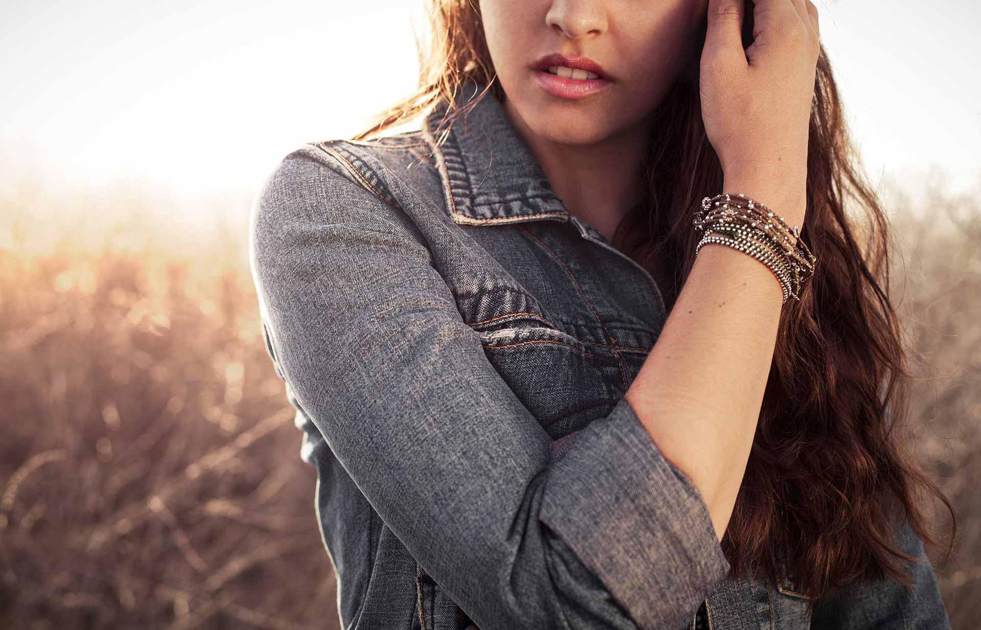 Modell med Wakami-armband. Foto: Garret Byrum
