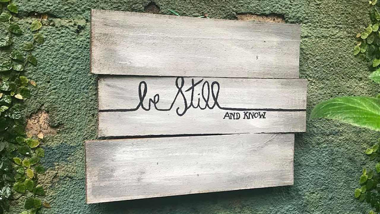 Be still & know-skylt